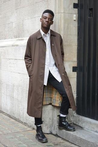 Как и с чем носить: коричневый дождевик, белая рубашка с длинным рукавом, черные брюки чинос, черные кожаные повседневные ботинки