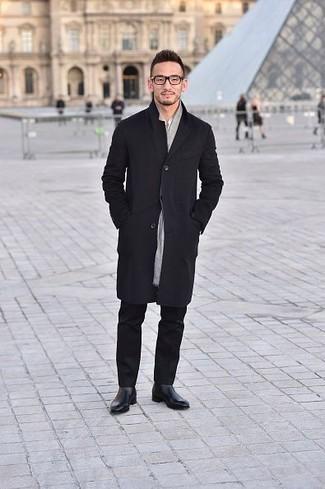 Черный дождевик: с чем носить и как сочетать мужчине: Черный дождевик и черные брюки чинос прочно закрепились в гардеробе многих парней, позволяя создавать запоминающиеся и стильные образы. Не прочь привнести в этот наряд нотку эффектности? Тогда в качестве обуви к этому луку, обрати внимание на черные кожаные ботинки челси.