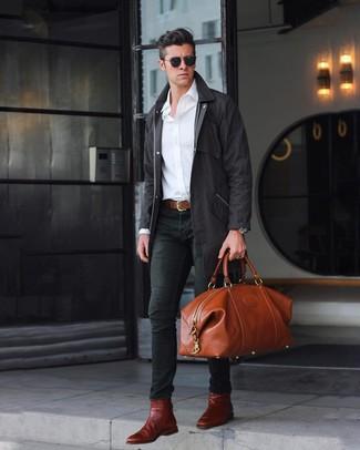 Как и с чем носить: черный дождевик, белая рубашка с длинным рукавом, черные зауженные джинсы, темно-красные кожаные ботинки челси