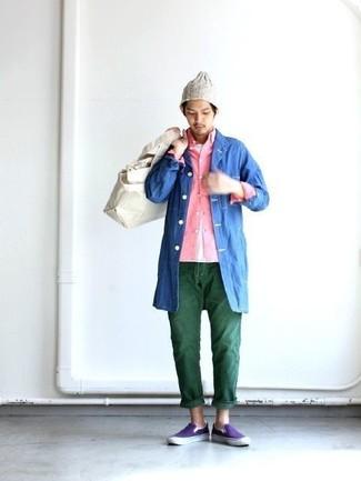 Как и с чем носить: синий дождевик, розовая рубашка с длинным рукавом, белая футболка с круглым вырезом, темно-зеленые джинсы