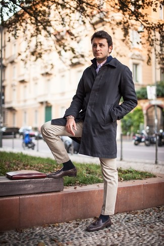 Модный лук: черный дождевик, темно-синий свитер на молнии, розовая классическая рубашка, бежевые брюки чинос