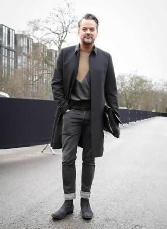 Черный дождевик: с чем носить и как сочетать мужчине: Для похода в кино или кафе отлично подойдет дуэт черного дождевика и темно-серых джинсов. Хочешь сделать лук немного строже? Тогда в качестве обуви к этому ансамблю, выбирай темно-серые замшевые ботинки челси.