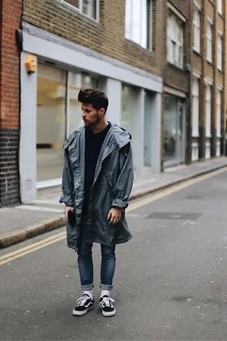 Как и с чем носить: темно-серый дождевик, темно-синий свитер с круглым вырезом, темно-синие зауженные джинсы, черно-белые низкие кеды из плотной ткани