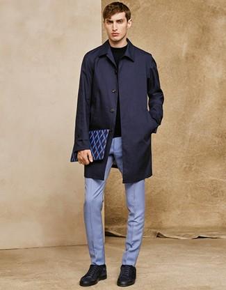 Как и с чем носить: темно-синий дождевик, черный свитер с круглым вырезом, голубые классические брюки, темно-синие замшевые низкие кеды