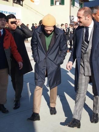 Как и с чем носить: темно-синий дождевик, зеленый свитер с круглым вырезом, светло-коричневые классические брюки, темно-синие кожаные повседневные ботинки