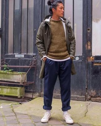 Как и с чем носить: оливковый дождевик, коричневый свитер с круглым вырезом, белая футболка с круглым вырезом, темно-синие спортивные штаны