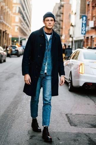 Модные мужские луки 2020 фото: Темно-синий дождевик и синие джинсы — must have вещи в гардеробе мужчин с прекрасным вкусом в одежде. Любители необычных луков могут завершить лук черными кожаными повседневными ботинками, тем самым добавив в него чуточку строгости.