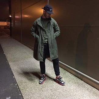 Как и с чем носить: оливковый дождевик, оливковый свитшот, черные спортивные штаны, бело-красно-синие кроссовки