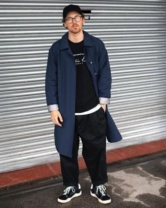 Модный лук: темно-синий дождевик, черно-белый свитшот с принтом, белая футболка с круглым вырезом, черные брюки чинос