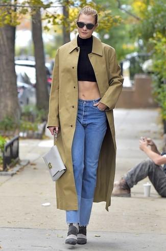 Как и с чем носить: светло-коричневый дождевик, черный укороченный топ, голубые джинсы, серые замшевые ботильоны