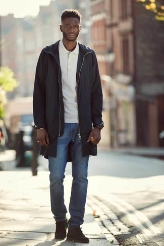Черный дождевик: с чем носить и как сочетать мужчине: Черный дождевик и синие джинсы надежно обосновались в гардеробе современных мужчин, позволяя создавать неприевшиеся и функциональные образы. Теперь почему бы не привнести в этот ансамбль на каждый день чуточку элегантности с помощью темно-коричневых замшевых ботинок дезертов?