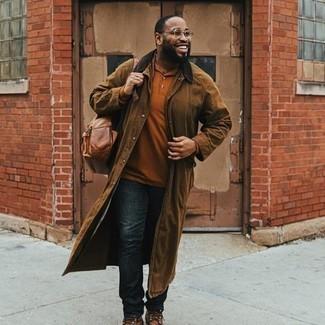 Мужские луки: Если превыше всего ты ценишь комфорт и практичность, обрати внимание на это образ из коричневого дождевика и темно-синих джинсов.
