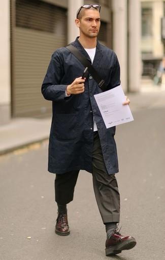 Темно-серые носки: с чем носить и как сочетать мужчине: Темно-синий дождевик и темно-серые носки — хорошая формула для воплощения привлекательного и функционального образа. Любишь незаезженные образы? Заверши ансамбль темно-красными кожаными туфлями дерби.