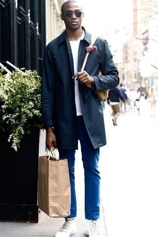 Белая футболка с круглым вырезом: с чем носить и как сочетать мужчине: Белая футболка с круглым вырезом и синие брюки чинос — уместное дуэт и для вечернего свидания с любимой в кино или кафе, и для похода в музей с ней же. Такой лук легко приспособить к повседневным делам, если дополнить его белыми высокими кедами из плотной ткани.