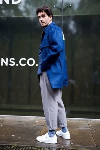 Мужские луки: В темно-синем дождевике и серых брюках чинос можно пойти на встречу в непринужденной атмосфере или провести выходной, когда в программе культурное мероприятие без дресс-кода. В качестве завершения этого образа здесь напрашиваются белые низкие кеды из плотной ткани.