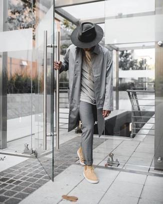 С чем носить темно-серую шерстяную шляпу мужчине: Если в одежде ты делаешь ставку на комфорт и практичность, серый дождевик и темно-серая шерстяная шляпа — превосходный выбор для привлекательного повседневного мужского образа. В тандеме с светло-коричневыми замшевыми ботинками челси такой образ смотрится особенно выгодно.