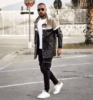 Как и с чем носить: черный дождевик, белая футболка с круглым вырезом, черные джинсы, белые кожаные низкие кеды
