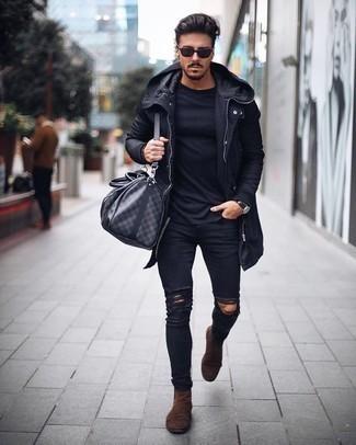 Черный дождевик: с чем носить и как сочетать мужчине: Сочетание черного дождевика и черных рваных зауженных джинсов пользуется большой популярностью среди ценителей комфорта. Любители экспериментировать могут закончить лук коричневыми замшевыми ботинками челси, тем самым добавив в него немного утонченности.