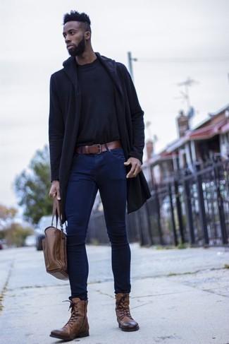 Модные мужские луки 2020 фото: Если ты наметил себе сумасшедший день, сочетание темно-синего дождевика и темно-синих зауженных джинсов позволит создать практичный образ в непринужденном стиле. Толику консерватизма и классики ансамблю добавит пара коричневых кожаных повседневных ботинок.