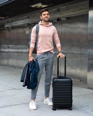 Как и с чем носить: темно-синий дождевик, розовый худи, серые брюки чинос в вертикальную полоску, белые низкие кеды