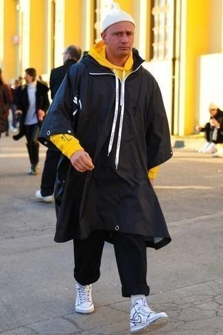 Черный дождевик: с чем носить и как сочетать мужчине: Лук из черного дождевика и черных брюк чинос позволит составить незаезженный мужской образ в непринужденном стиле. Этот ансамбль идеально дополнят бело-темно-синие кожаные высокие кеды.