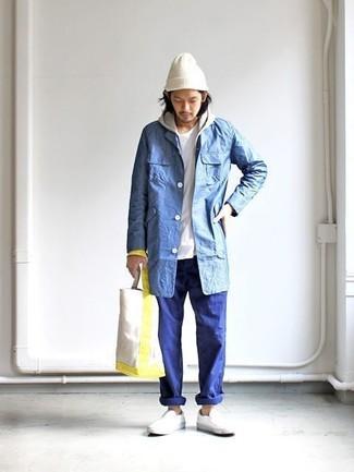 Как и с чем носить: синий дождевик, серый худи, белая футболка с круглым вырезом, синие брюки чинос