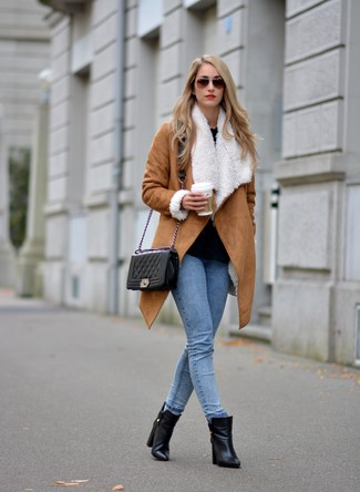 Как и с чем носить: светло-коричневая дубленка, черная блузка с длинным рукавом, голубые джинсы скинни, черные кожаные ботильоны
