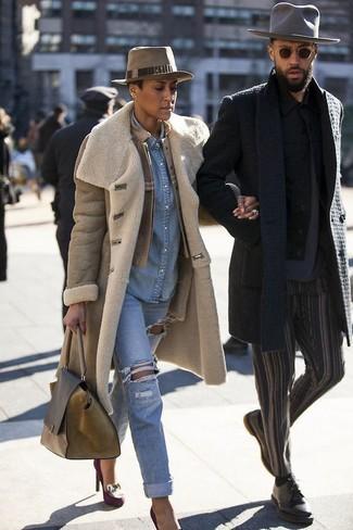 Как и с чем носить: светло-коричневая дубленка, светло-коричневый кожаный бомбер, голубая джинсовая рубашка, голубые рваные джинсы-бойфренды