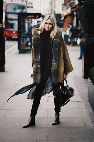 Как и с чем носить: светло-коричневая дубленка, черная водолазка, темно-коричневые кожаные ботильоны, черная замшевая сумка-саквояж