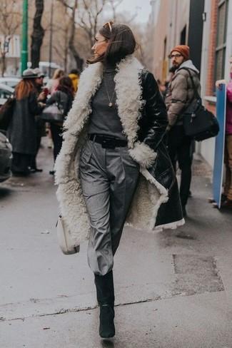 Как и с чем носить: черно-белая дубленка, темно-серая водолазка, серые брюки-галифе, черные замшевые полусапоги