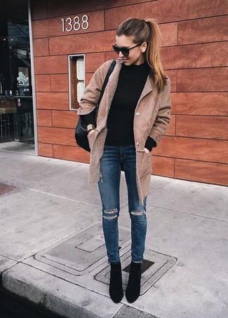 Как и с чем носить: светло-коричневая дубленка, черная водолазка, темно-синие рваные джинсы скинни, черные замшевые ботильоны