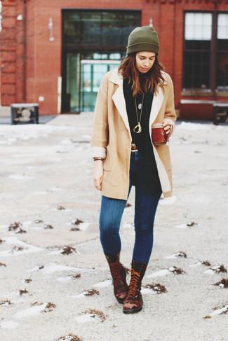 Как и с чем носить: бежевая дубленка, черная водолазка, синие джинсы скинни, темно-коричневые кожаные ботинки на шнуровке