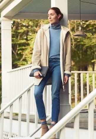 Как и с чем носить: бежевая дубленка, голубая водолазка, синие джинсы, светло-коричневые замшевые ботильоны