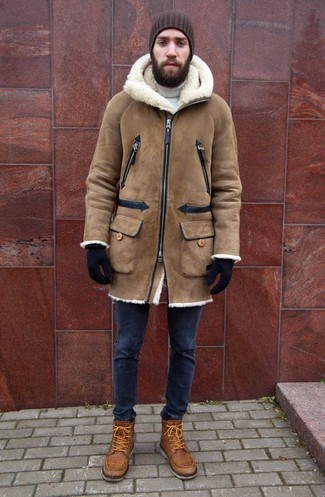 Как и с чем носить: светло-коричневая дубленка, белая водолазка, темно-синие зауженные джинсы, светло-коричневые кожаные повседневные ботинки