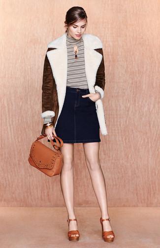 Как и с чем носить: темно-коричневая дубленка, белая водолазка в горизонтальную полоску, темно-синяя джинсовая мини-юбка, табачные кожаные босоножки на каблуке