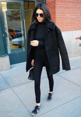 Как и с чем носить: черная дубленка, черная водолазка, черные узкие брюки, темно-синие кроссовки