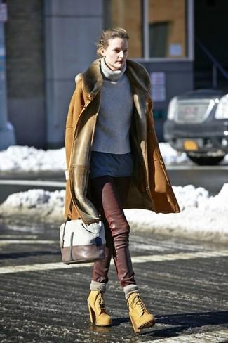 Как и с чем носить: светло-коричневая дубленка, серая вязаная водолазка, темно-серая футболка с круглым вырезом, темно-коричневые кожаные узкие брюки