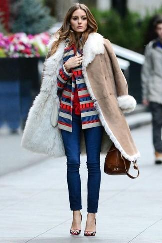 Как и с чем носить: бежевая дубленка, бело-красно-синий кардиган в горизонтальную полоску, красная блуза на пуговицах, темно-синие джинсы скинни