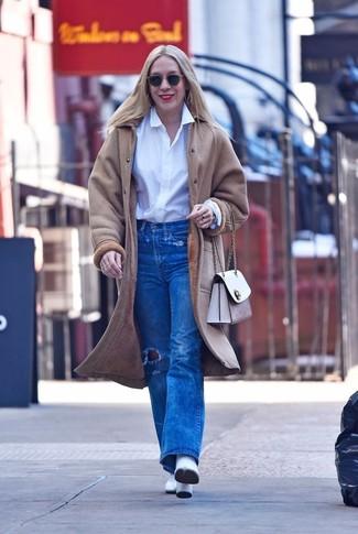 Как и с чем носить: бежевая дубленка, белая классическая рубашка, синие рваные джинсы, белые кожаные ботильоны