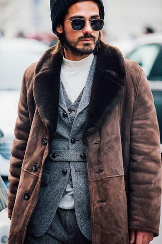 Как и с чем носить: коричневая дубленка, серый шерстяной пиджак, серый шерстяной жилет, белая водолазка