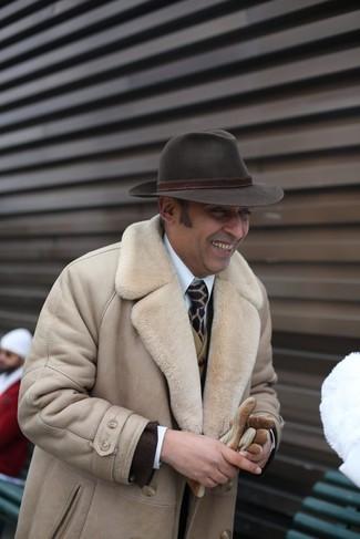 Как и с чем носить: бежевая дубленка, темно-коричневый пиджак, оливковый шерстяной жилет, белая классическая рубашка