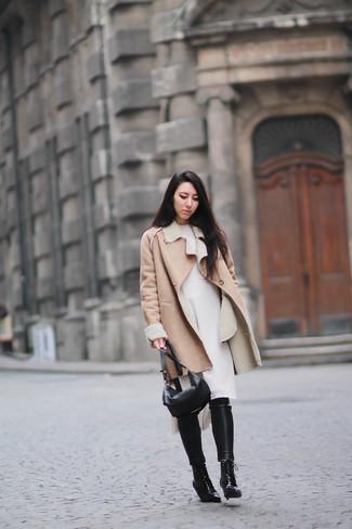 Как и с чем носить: светло-коричневая дубленка, белое платье-свитер, черные кожаные узкие брюки, черные кожаные ботильоны на шнуровке