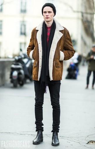 Черные зауженные джинсы: с чем носить и как сочетать мужчине: Коричневая дубленка и черные зауженные джинсы — неотъемлемые вещи в гардеробе модного современного джентльмена. Хотел бы сделать ансамбль немного строже? Тогда в качестве дополнения к этому луку, выбери черные кожаные ботинки челси.