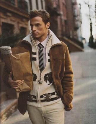 Как и с чем носить: коричневая дубленка, бежевый вязаный свитер на молнии, светло-фиолетовая классическая рубашка, бежевые классические брюки