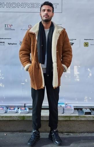 Серый свитер с круглым вырезом: с чем носить и как сочетать мужчине: Образ из серого свитера с круглым вырезом и черных брюк чинос смотрится круто и по моде. Незаурядные парни закончат образ черными кроссовками.