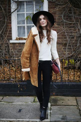 Как и с чем носить: светло-коричневая дубленка, белый свитер с круглым вырезом, черные джинсы скинни, черные кожаные ботильоны