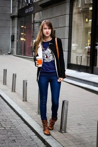 Как и с чем носить: черно-белая дубленка, темно-синий свитер с круглым вырезом с принтом, темно-синие джинсы скинни, коричневые кожаные ботинки на шнуровке