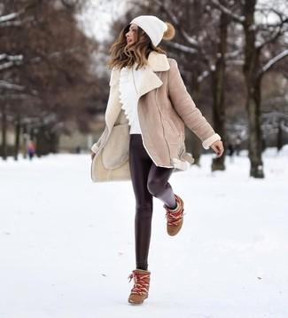 Как и с чем носить: бежевая дубленка, белый свитер с круглым вырезом с рюшами, черные кожаные леггинсы, коричневые кожаные ботильоны на танкетке