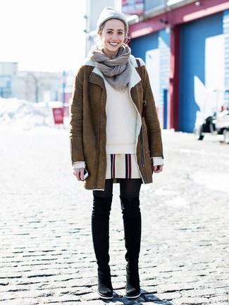 Как и с чем носить: коричневая дубленка, бежевый свитер с круглым вырезом, белое платье прямого кроя в вертикальную полоску, черные замшевые ботфорты
