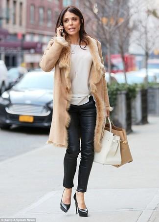 Как и с чем носить: светло-коричневая дубленка, белый свитер с круглым вырезом, черные кожаные узкие брюки, черные кожаные туфли